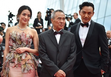 (FromL) Taiwanese actress Shu Qi, Taiwanese director Hou Hsiao-Hsien and Taiwanese actor Chang Chen pose as they arrive for the closing ceremony of the 68th Cannes Film Festival in Cannes, southeastern France, on May 24, 2015. AFP PHOTO / BERTRAND LANGLOIS